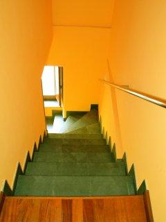 Escalera de acceso plantas superiores