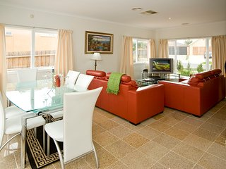 CITY CONDO -  Comfy 4 Bdrms, Sleeps 8,  Wifi + Netflix 20min to Melbourne CBD