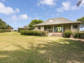 Oceanfront Cottage w/Panoramic Views, Yard, & Private Beach Access. Waipuna