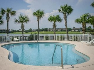 Oceanfront escape w/ ocean view, shared hot tub, & pool - snowbirds welcome!