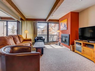 Cozy, modern condo w/ jetted tub, shared hot tub, & mtn views - walk to the lift