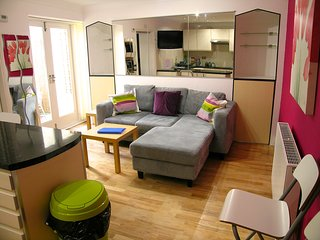 Seaside Patio Apartment - Stones throw from Seafront - sleeps up to 8 guests, Brighton