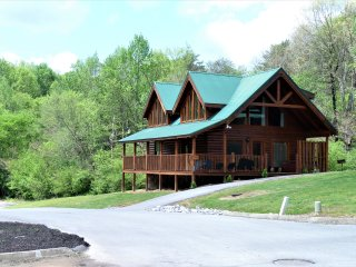 AZALEA RETREAT - WONDERFUL REAL LOG CABIN JUST A MINUTE TO THE PARKWAY IN PF!