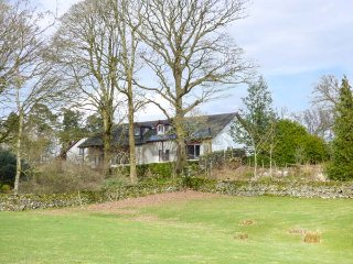 BEECH COTTAGE, wonderful Lakeland cottage, hot tub, en-suites, WiFi, Bowness-on-Windermere