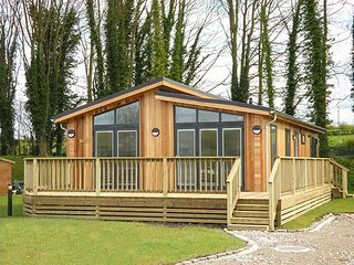 SQUIRREL LODGE, all ground floor luxury lodge, walks from the door, Gargrave