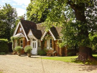 VICTORIAN LODGE, charming ground floor lodge, on a private eatate,open fire