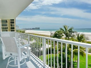Beachfront condo w/ heated pool, tennis courts & panoramic ocean view