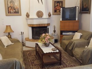 Traditional House with big garden 800 metres from the beach, Porto Rafti
