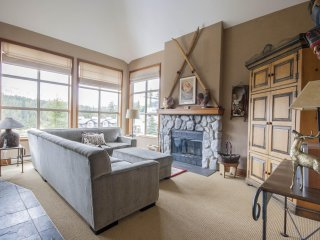 'Blackcomb Greens' 3BR family home w/ beautiful fairway views!, Whistler