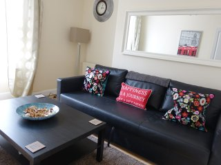 Bright spacious 2/3 bedroom flat nr Hyde Park central & v quiet location&NETFLIX