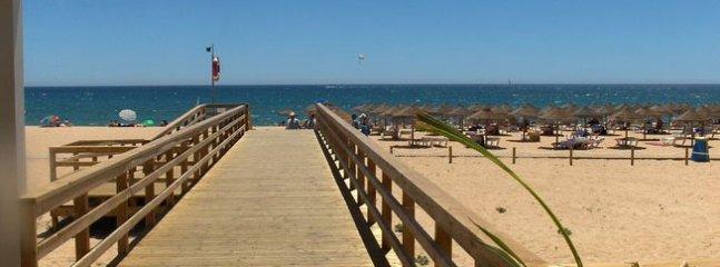 La plage se trouve à 15 minutes à pied