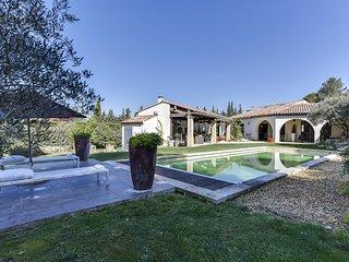 Bastide provençale contemporaine avec piscine