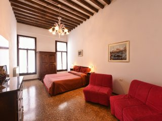 Flat with a nice canal view in the heart of Venice