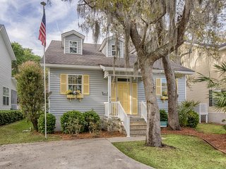 Dog-friendly home w/ enclosed yard - close to parks, shopping, & beaches!, Saint Simons Island