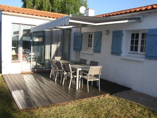New sun canopy & outside table & chairs