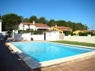Casa con piscina comunitaria y jardín privado