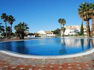 Apartamento T0 com Piscina, Jacuzzi, AC e transporte Grátis para Praia