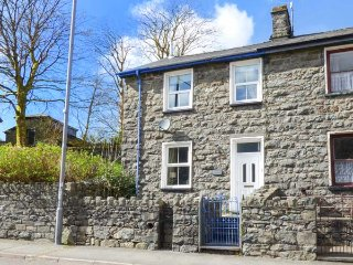 MANOD VIEW, king-size bed, terraced garden, great base for Snowdonia in Blaenau