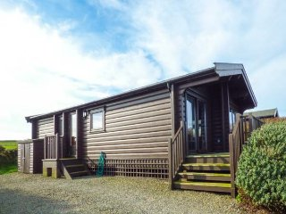 TY PREN, pet friendly cabin, close coastal path, veranda and grounds, Llanrhian