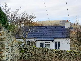 TY ISEL, woodburner, pet welcome, pretty views, original features, detached cottage near Bethesda, Ref. 22022