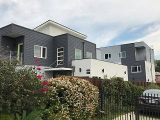 Brand New, Simple Home 3BD/3BR Sleeps 8, Los Angeles