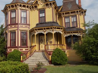 Victorian Smithfield House in Tourist Area near Williamsburg & Virginia Beach