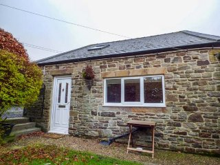 1 WHITFIELD BROW, pet friendly, country holiday cottage, parking and enclosed garden, Fristerley, Ref 8149