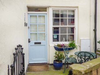 SAFE HARBOUR COTTAGE, patios with furniture, WiFi, beach 1 mins walk, Ref 905401
