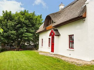 TEAC CHONDAI THATCHED COTTAGE, detached thatched cottage, open fire, near Lough,