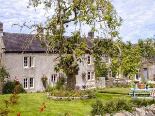 LOWFIELDS FARM, farmhouse with woodburner, parking, garden, near Bakewell, Ref 914070