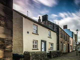 BASTLE HOUSE, woodburner, WiFi, pet-friendly cottage in Haltwhistle, Ref. 915509