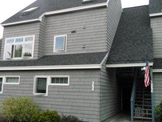 2 bedroom, 1.5 bath townhouse in Ocean Park Meadows, short walk to 7 mile beach