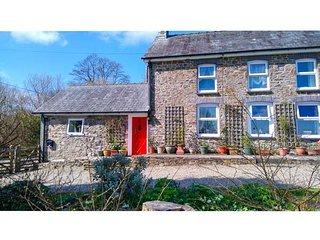Y CWTCH, single-storey cottage with garden, country setting, walks, coast Llanyb