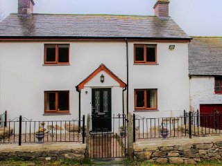 MAERDY COTTAGE detached farmhouse, high standard, woodburning stove, WiFi, Corwen, Ref 921088