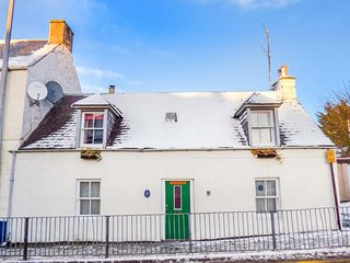 COSY BUT-AN-BEN, semi-detached, multi-fuel stove, WiFi, in Grantown-on-Spey in
