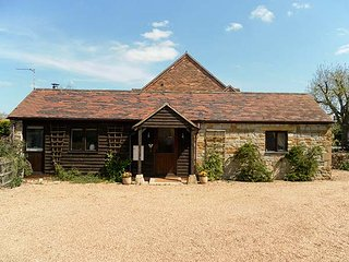 DISTILLERS COTTAGE all ground floor, super king-size bed with en-suite, stove, WiFi, Shipston on Stour, Ref 925352