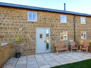 COW BYRE, both bedrooms with TV, woodburner, pet-friendly, WiFi, Great Tew, Ref 929662