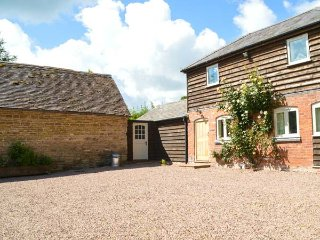 STABLE COTTAGE luxurious detached cottage, wood-fired hot tub, WiFi in Tenbury, Tenbury Wells