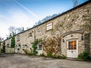 THE BARN, pet-friendly, WiFi, private patio, nr Buxton, Ref 936234