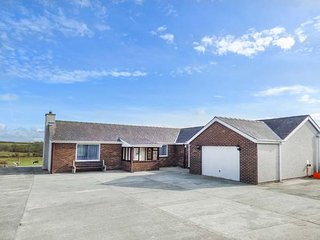 GORWEL DEG, detached bungalow, pet-friendly, countryside views, Cemaes Bay, Ref