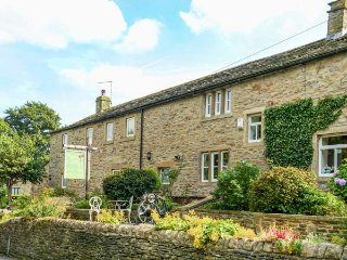 POPPY COTTAGE NO 1, romantic retreat, hot tub, king-size bed, woodburner, Jacuzzi bath, in Carleton-in-Craven, Skipton, Ref 943161