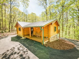 "Professionally Managed ""Ravenwood log cabin"", Sleeps up to 4, hot tub"