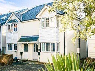 SEASALT COTTAGE, luxury, easy access to beaches, ideal family base, in Ventnor,