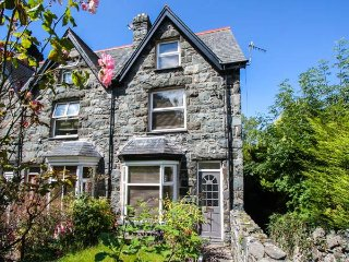 MEIRION HOUSE, end-terrace, three floors, open fire, enclosed garden, in Llanbed