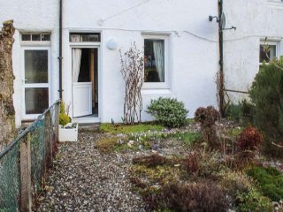 CRINAN CANAL COTTAGE NO.8, mid-terrace, countryside views, pet-friendly, near