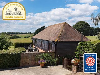 Tamworth Cottage. Parking for 2 cars.Farm trails to walk from your doorstep.