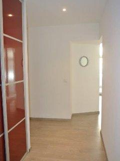 Couloir vers chambres et salle d'eau