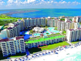 Beach Front Cancun 2  bedroom/ 2 Bath  sleeps 6-8, Cancún