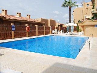 Apartamento con vistas al mar, a 2min a pie de la playa, piscina y Wi-Fi