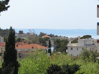 Studio Apt Ana with seaview, balcony, AC, WiFi, bathtube, in center, 100 m beach, Makarska